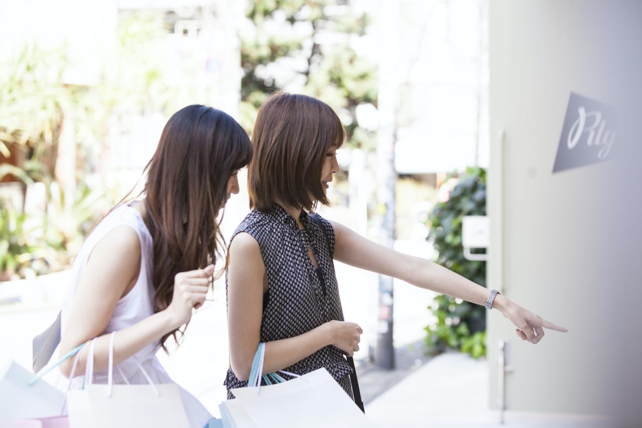 ショッピングを楽しむ女性たち